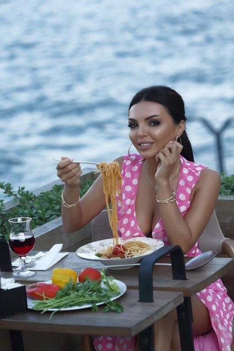 Spagettini dəli kimi sevən seksual model -